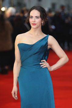Jessica Brown-Findlay Photos Photos: 'The Guernsey Literary And Potato Peel Pie Society' World Premiere - Red Carpet Arrivals Brown Carpet, Red Carpet, Potato Peel Pie Society, The Guernsey Literary, Jessica Brown Findlay, Actress Jessica, Peeling Potatoes, Female Actresses, Hollywood Stars