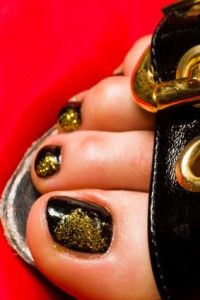 India-inspired toenail art designs are super easy, yet elegant. This design is best paired with black or red sandals in order to compliment the red, black and gold color scheme. To start, apply a coat of black nail polish. Let the coat of nail polish dry. This will allow the gold glitter to show up more boldy against the black nail polish. You may apply another coat of black nail polish, but for me personally, the nail polish on my toes lasts a long time with just one coat.