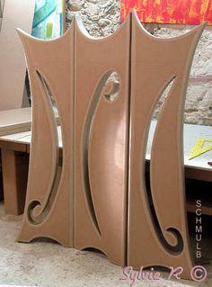Paravent en carton Cardboard Box Diy, Cardboard Cartons, Cardboard Design, Cardboard Furniture, Diy Furniture, Diy Paper, Paper Art, Carton Diy, Wooden Door Design