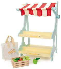 A delightful wooden market stall by Le Toy Van featuring a striped canopy, a bell, a canvas shopping bag and a crate of apples and pears for imaginary play fun. Tante Emma Laden, Play Market, Play Shop, Fabric Canopy, Kitchen Shop, Market Stalls, Pretend Play, Role Play, Wooden Toys