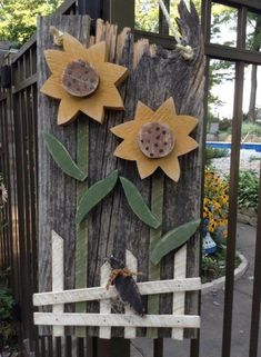 Wooden sunflowers and fence. Primitive Wood Crafts, Fall Wood Crafts, Rustic Crafts, Pallet Crafts, Country Crafts, Wooden Crafts, Country Primitive, Wooden Flowers, Craft Flowers