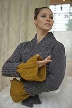 Ravelry: Aran Mansjetter pattern by Linda Marveng. Photo: Kim Müller Model: Cristiane Sa