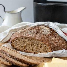 Pataruisleipä on päältä ihanan rapea ja sisältä pehmeä. Kokeile ruisleivän leipomiseen valurautapataa. Finnish Recipes, Bread Baking, Crackers, Bread Recipes, Banana Bread, Smoothies, Bakery, Rolls, Food And Drink