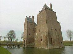 In de Middeleeuwen werden de eerste kastelen gebouwd. Het was een onrustige tijd. De mensen voelden zich niet veilig.