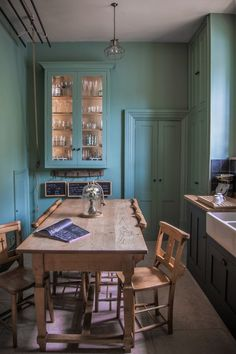 Here's a kitchen (built inside a converted English chapel) that proves that good things come in small packages. The kitchen, while a bit on the small side, more than manages for the needs of a family of 6 — and looks good doing it. Here are a few ideas worth stealing for your own kitchen.