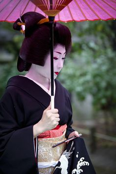 Geisha - Katsuru has made her debut as a geiko Japanese Geisha, Japanese Beauty, Japanese Kimono, Japanese Art, Asian Beauty, Geisha Japan, Japanese Things, Kimono Chino, Yukata