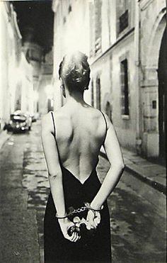 CHLOÈ, PARIS By Helmut Newton 1972 technically briliant intriguing fascinating Dangerous Love, Ellen Von Unwerth, Mario Testino, Great Photographers, Cindy Crawford, Yin Yang, Belle Photo, Black And White Photography, Annie Leibovitz