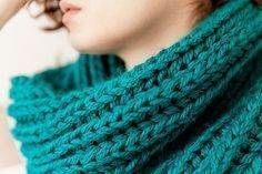 Stay warm during winter with this chunky turquoise snood. Steps in spanish Easy Crochet Patterns, Crochet Designs, Knitting Patterns, Infinity Scarf Knitting Pattern, Lace Knitting, Crochet Snood, Crochet Stitches, Mustard Scarf, Pompom Scarf