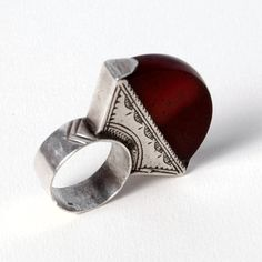 Inel tuareg argint și cornalină #metaphora #silverjewelry #tuaregjewelry #ring #carnelian Tribal Jewelry, Bordeaux, Napkin Rings, Gemstone Rings, Gemstones, Jewellery, Carnelian, Jewels, Gems
