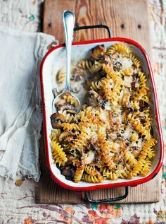 Baked pasta with mushrooms, white wine and cream recipe This simple vegetarian… Vegetarian Pasta Dishes, Vegetarian Comfort Food, Vegetarian Recipes, Cooking Recipes, Top Recipes, Cooking Ideas, Veggie Recipes, Drink Recipes, Pasta Casserole