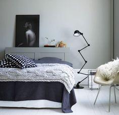 Purple Area: Ursnyggt grått sovrum