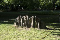 #Kiel Wie ein Findling scheint die Skulptur aus dem Boden zu wachen, doch hier handelt es sich um eine Arbeit aus Beton. Faltig wie ein Gebirge mit zufällig scheinender Oberfläche, stelltder Künstler hi...