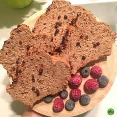 Para esta receta que nos va a dar para hacer dos bizcochos, vamos a necesitar los siguientes ingredientes: INGREDIENTES: 100 gramos de harina de avena integral de centeno 2 cacitos de proteína isol…