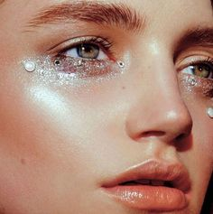 Wedding makeup trends: 11 looks with glitter Makeup Trends, Makeup Inspo, Makeup Art, Makeup Inspiration, Eye Makeup, Hair Makeup, Glitter Eyebrows, Makeup With Glitter, Sparkly Makeup