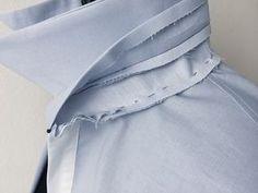 Steg inklusive Kragen an linke Seite Halsausschnitt gesteckt - Sewing Collars, Sewing Shirts, Sewing Tutorials, Sewing Hacks, Mens Shirt Pattern, Couture Sewing Techniques, Tailoring Techniques, Sewing Lessons, Couture Details