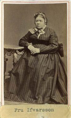 """Vaktmästaren Ifvarssons fru"" (Wife of caretaker Ifvarsson), Sweden, 1860's. Bohusläns Museum, nr. UMFA53226:0703"