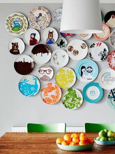 Se empieza por un núcleo de 5 o 6 platos, centrados, a los que se les va añadiendo el resto. Si os fijáis, los platos son todos distintos, pero hay al menos tres piezas de cada colección.