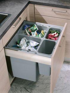 Un cubo de basura grande integrado en el armario facilita el acceso al mismo y hará más fácil la separación de residuos.