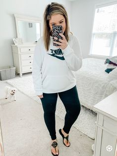 Shop Your Screenshots™ with LIKEtoKNOW.it, a shopping discovery app that allows you to instantly shop your favorite influencer pics across social media and the mobile web. Stylish Mom Outfits, Curvy Outfits, Fashion Outfits, Athletic Style, Athletic Fashion, Curvy Style, My Style, Girls Fun, Wardrobe Capsule