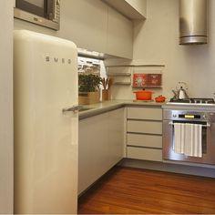 Cozinha, destaque o tom bege da parede, planejados e da estilosa Smeg, adorei!!! Projeto by @patriciafiuzaarquitetura #kitchen #cocina #cozinha #gourmet #cool #smeg #bege #interiordesign #design #designer #homedecor #arquiteta #decora #decorado #instafriends #instablogger #blogfabiarquiteta #fabiarquiteta