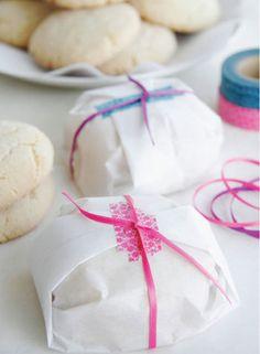 シンプルだけどビビットなピンクが小粋。 真っ白なベイキングシートにクッキーを包んでマスキングテープで止め、麻紐で縛ります。 家にある材料だけでもこんなに可愛くできちゃいます。