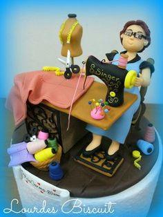 Topo de bolo - costureira - 80 anos da Srª Maria do Carmo Sewing Machine Cake, Sewing Cake, Wilton Cakes, Fondant Cakes, Cupcake Cakes, Grandma Cake, Mom Cake, Gorgeous Cakes, Amazing Cakes
