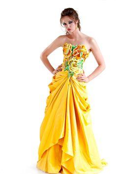Long yellow strapless ball dress with flower motifs Like a Disney princess