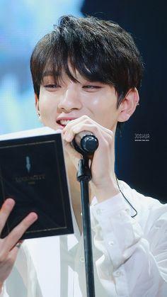 Jisoo reading the holy bible Jisoo Seventeen, Joshua Seventeen, Seventeen Debut, Woozi, Jeonghan, Wonwoo, Choi Hansol, Hong Jisoo, Joshua Hong