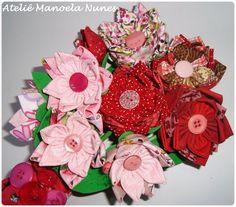 Arranjo de Flores de Fuxico Decoradas com Botões.