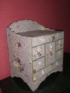 cartonnage - petit meuble à tiroirs et compartiments aménagés - tissus à fleurs - tissus à pois