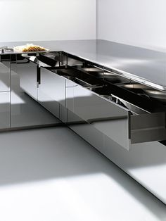 Fitted Kitchen with mirror-effect doors by Doca
