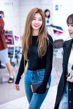 Cute Korean Girl, Cute Asian Girls, Eyes On Me, Apink Naeun, Kim Min, Yuri, Girl Group, Mom Jeans, Casual Outfits