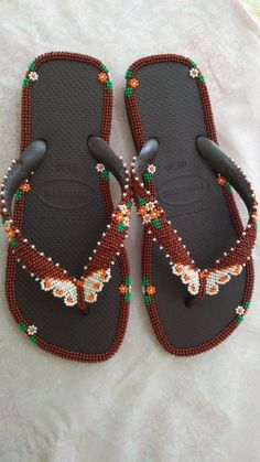 Beads Clothes, Flip Flops, Beading, Slippers, Shoes, Fashion, Flip Flop Craft, Crochet Shoes, Decorated Flip Flops