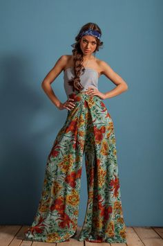 Oversized pants, high waist pants, wide legs trousers, floral pants, pleated floral pants from Le Mouton Bleu Shop. Saved to Le Mouton Bleu . Olive Pants Outfit, Curvy Women Fashion, Womens Fashion, Fashion Black, Fashion Spring, 70s Fashion, Outfit Trends, Classic Style Women, Floral Pants