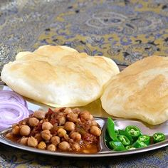 Przepis na puszyste chlebki bhaturawywodzi się z Pendżabu, historycznej krainy leżącej dziś na pograniczu indyjsko – pakistańskim. Smażone w głębokim oleju złociste pszenne chleby są tradycyjnie jadane na śniadanie w zestawie zchole – pikantnym curry przygotowanym z ciecierzycy. Taki zestaw … Czytaj dalej →