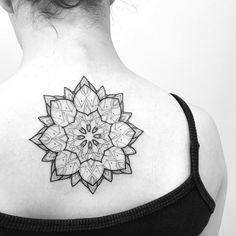 Tatuagem feita por Tiago Dhone de Curitiba. Mandala nas costas, perto da nuca.