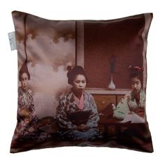 This cushion cover is decorated with a portrait of geishas. A centuries-old Japanese institution, Geishas excel in the practice of traditional arts: singing, music, painting...