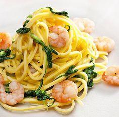 Esta receta de espagueti con gambas y espinacas se puede preparar con cualquier pasta a tu gusto, macarrones, tallarines... La elaboración es rápida y sencilla.