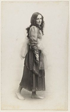 Dorothea Mackellar dressed as one of the Graces for Mrs T. Kelly's Italian Red Cross Day tableaux at the Palace Theatre, 20 June 1918 / Glen Broughton. State Library of NSW Collection. Famous Women, Famous People, Free Photos, Old Photos, Most Famous Poems, Famous Poets, Australian Authors, Australian Icons, Writers And Poets
