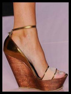 Imagem de http://3.bp.blogspot.com/-TAWhaM7i3YM/Tk24g5k8aqI/AAAAAAAABMk/nGrwdMi4E-w/s400/276-acessorios-fashion-rio-verao-2012-sandalia-plataforma-salto-de-madeira-com-detalhes-dourados-acquastudio-salto-anabela.jpg.
