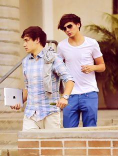 HOLDING A LEAF AND AN IPAD IN YOUR HAND BECAUSE YOU'RE LIAM PAYNE, hahaha
