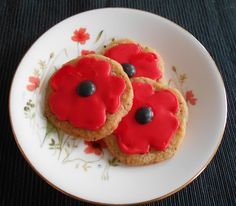 Honey and Poppyseed Poppy Biscuits, a bake just right for the occasion Royal Icing Cookies, Sugar Cookies, Activity Ideas, Craft Ideas, Remembrance Day Activities, Remembrance Day Poppy, Poppy Craft, Cupcake Cakes, Cupcakes
