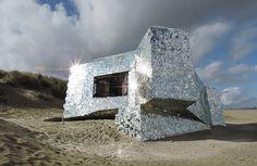 A mi-chemin entre le vestige historique et l'oeuvre d'art, ce bunker est un mystère. Construit en 1944 par les Nazis sur la plage de Dunkerque, il a été entièrement recouvert de miroirs par un anonyme