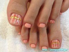 ホワイトとオレンジのランダムなストライプのフットネイル Foot nail stripe of random orange and white