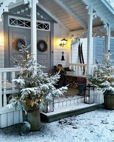 Do you love a tasteful white home exterior? Then these charming homes with white Christmas exterior decor may inspire.also sharing my trip to Arhaus. Christmas Garden, Christmas Porch, Nordic Christmas, Outdoor Christmas, Country Christmas, Winter Christmas, Christmas Time, Christmas Decorations, Holiday Decor