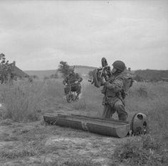Paratroopers op hun kleine motoren op weg naar de erzamelplaatsen.