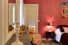 La plus spacieuse (40 m2),  pouvant accueillir 2 ou 3 personnes,  orientée plein Sud avec vue sur le parc. Tout en charme et élégance, avec son armoire Bordelaise d'époque XVIIIème en acajou, son petit bureau de style Louis XV, et sa décoration raffinée en Toile de Jouy dans les tons blanc et rose…  - Un grand lit de 180 cm (ou possibilité de deux lits de 90 cm sur demande). - Un petit lit à rouleaux de 90 cm. - Une salle de bains avec double vasque, douche à l'italienne et baignoire îlot.
