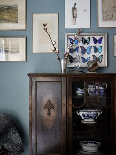 Want your home to feel calm and serene with a touch of Scandinavian style? Keep reading and get inspired by classic blue interior Living Room Scandinavian, Scandinavian Interior, Dark Blue Walls, White Walls, Blue Coffee Tables, Nordic Home, Wall Drawing, Blue And White, Interiors Online