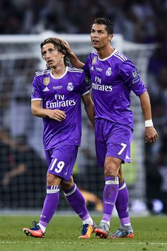 Cristiano Ronaldo (R) of Real Madrid CF celebrates with his team mate Luka Modric after scoring his team's third goal during the UEFA Champions League Final between Juventus and Real Madrid at National Stadium of Wales on June 2017 in Cardiff, Wales. Christano Ronaldo, Cristiano Ronaldo 7, Ronaldo Juventus, World Best Football Player, Soccer Players, Ronaldo Champions League, David Ramos, Cristiano Ronaldo Wallpapers, Real Madrid Players
