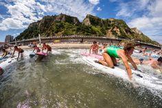 Salinas, capital mundial del surf: El surf más que un deporte es un estilo de vida. Los que lo practican desde hace años, mucho antes de que se pusiera de moda gracias a la imagen que llega directamente de las playas de California, señalan la naturaleza sana de esta práctica y abogan en todo momento por el respeto al medio ambiente. Con el espíritu de hacer partícipes a todos los curiosos de esta filosofía nacieron el Festival Longboard y el certamen Surf, Music & Friends.